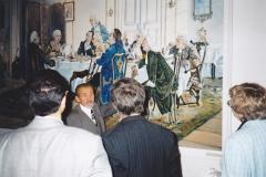 У копии картины Эмиля Дерстлинга «Обед у Канта». Л.А. Калинников проводит экскурсию для участников конференции в музее И. Канта. 23 сентября 1999 г. Калининград