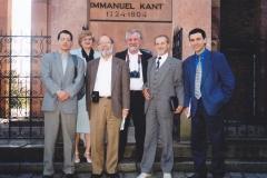 Участники конференции у могилы Канта, в центре проф. Г.Д. Левин. 23 сентября 1999 г.